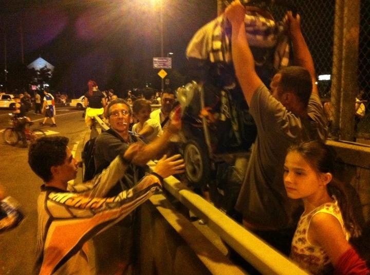 2012-07-07 - 22h59 #manifencours 75 (Pont Jacques-Cartier). Les manifestants aident les civils embarrés sur le pont